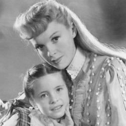 Margaret O'Brien with Judy Garland (Meet Me In St. Louis 1944)